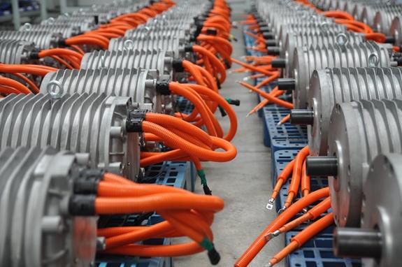 产业必将迎来黄金发展时期,皖南电机审时度势及时紧跟市场发展形势需要,大力推动汽车电机的研发与推广工作,并成功与国内汽车转向系统制造行业龙头企业达成合作意向。目前公司已成功研发出三个机座号汽车转向泵用电机。  YQC系列汽车驱动电机 据了解,自2013年下半年,皖南电机就着手开始研发汽车用电机,配装在汽车用的滑片式空气压缩机上,截止到目前,共出货2万余台,分别使用在厦门金龙、南京金龙、苏州金龙、安凯、宇通等知名品牌汽车上。与此同时,皖南电机还不断研发了车用水冷电机、车用驱动电机、车用油冷发电机等汽车用电机。