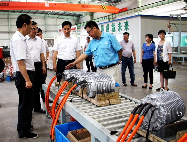 亚博钱晓康局长参观新能源汽车电机生产线